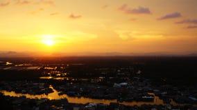 Coucher du soleil à la communauté de rivière Chumphon thailand clips vidéos