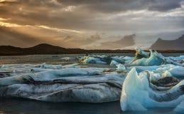 Coucher du soleil à la lagune d'iceberg de Jokulsarlon en Islande Images libres de droits