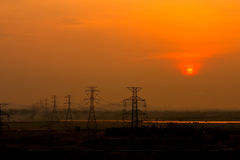 Coucher du soleil à la ligne de transmission Photos libres de droits