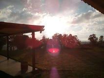 Coucher du soleil à la maison de forêt Image stock