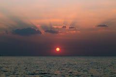 Coucher du soleil à la mer Photographie stock