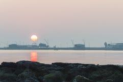 Coucher du soleil à la mer Photos libres de droits
