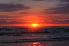 Coucher du soleil à la mer Images stock