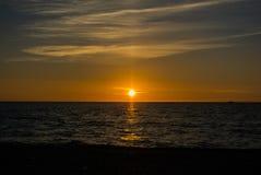 Coucher du soleil à la mer avec les nuages colorés Photos libres de droits