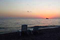 Coucher du soleil à la mer Bateau photographie stock libre de droits