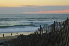 Coucher du soleil à la mer Empreintes de pas dans le sable La mer, égalisant Calmez vers le bas Reste sur la mer Images libres de droits