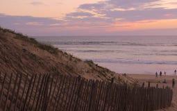 Coucher du soleil à la mer Empreintes de pas dans le sable La mer, égalisant Calmez vers le bas Reste sur la mer Photographie stock libre de droits