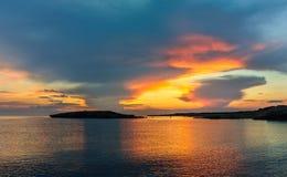 Coucher du soleil à la mer Méditerranée images stock