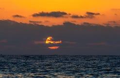 Coucher du soleil à la mer Méditerranée photos stock