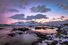 Coucher du soleil à la mer sur les îles de Lofoten photos stock