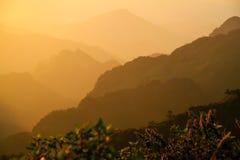 Coucher du soleil à la montagne images libres de droits