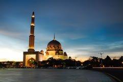 Coucher du soleil à la mosquée de Putra à Putrajaya Images stock