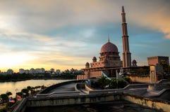 Coucher du soleil à la mosquée de Putra à Putrajaya Photographie stock