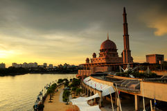 Coucher du soleil à la mosquée de Putra à Putrajaya Image stock