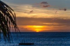 Coucher du soleil à la plage blanche de sable de Porto Mari images libres de droits