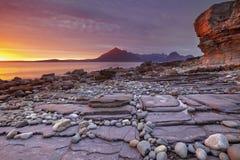 Coucher du soleil à la plage d'Elgol, île de Skye, Ecosse Photos libres de droits