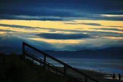 Coucher du soleil à la plage dans la Côte Est du nord de l'Ecosse de gare Images stock