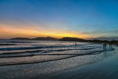 Coucher du soleil à la plage de ` de Buzios Photographie stock