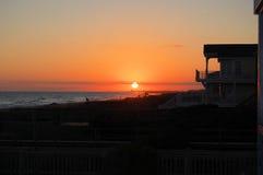 Coucher du soleil à la plage de Holden, la Caroline du Nord Photos stock