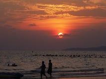 Coucher du soleil à la plage de Jomtian, Pattaya Thaïlande images stock