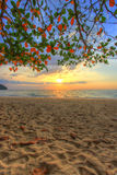 COUCHER DU SOLEIL À LA PLAGE de KHAO LAK, province de Phang Nga, Thaïlande du sud photo stock