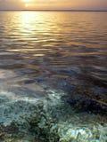 Coucher du soleil à la plage de Kolovai, Tonga photographie stock libre de droits