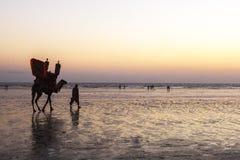 Coucher du soleil à la plage de la Karachi Image libre de droits