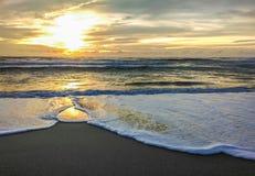 Coucher du soleil à la plage de Layan, île de Phuket Image libre de droits