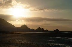 Coucher du soleil à la plage de Qalansia, à la montagne et à la lagune, île de Socotra, Yémen Photos stock