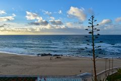 Coucher du soleil à la plage de Santa Cruz - Portugal Photos stock