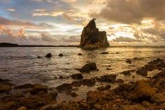 Coucher du soleil à la plage de Tanjung Layar avec le ciel lumineux d'or Photos libres de droits