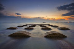 Coucher du soleil à la plage en Malaisie Photographie stock libre de droits