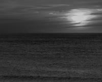 Coucher du soleil à la plage ovale avec l'arbre Photos libres de droits