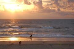 Coucher du soleil à la plage sablonneuse avec la formation de nuage Image libre de droits