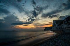 Coucher du soleil à la porte de Durdle, Angleterre, R-U Photo libre de droits