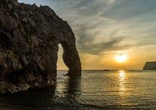Coucher du soleil à la porte de Durdle, Angleterre, R-U Photos libres de droits