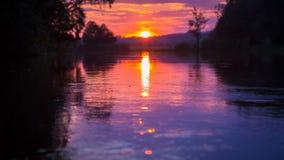 Coucher du soleil à la rivière calme, plan rapproché clips vidéos