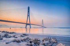 Coucher du soleil à la rivière enjambant le pont Images libres de droits