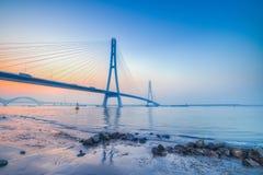 Coucher du soleil à la rivière enjambant le pont Photos libres de droits
