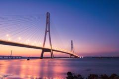 Coucher du soleil à la rivière enjambant le pont Photo stock
