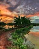 Coucher du soleil à la rivière Tallo Makassar Photo stock
