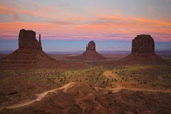 Coucher du soleil à la vallée de monument Image libre de droits