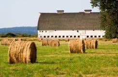 Coucher du soleil à la vieille grange Photos libres de droits