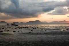Coucher du soleil à marée basse, plage Corong Corong, EL Nido, Palawan, Philippines Image libre de droits