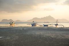 Coucher du soleil à marée basse, plage Corong Corong, EL Nido, Palawan, Philippines Image stock