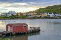 Coucher du soleil à peu de maison de dock rouge à la communauté de village de Twillingate, Terre-Neuve photos stock