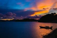Coucher du soleil à Phuket, la silhouette de bateau Photos libres de droits