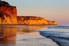 Coucher du soleil à Porto De Mos Beach à Lagos, Algarve Image libre de droits