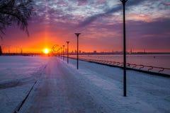 Coucher du soleil à Tallinn chez Pirita Promenaad Photographie stock