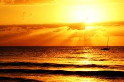 Coucher du soleil à travers l'eau images libres de droits